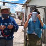 Entrega de visores a pacientes vulnerables, Lumbisí. Crédito: Programa de Vinculación Comunitaria