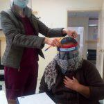 Interna de la USFQ haciendo la entrega a paciente de Puembo. Crédito: Programa de Vinculación Comunitaria